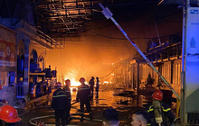 Kho vải hàng trăm m2 cháy nguyên đêm ở Sài Gòn: Nhiều nhà dân bị cháy sém, phải đi ngủ nhờ