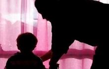 Con trai nằm viện được bệnh nhân lớn tuổi dắt đi vệ sinh hộ, bố mẹ khóc ngất khi biết hành động sau lời hứa mua mì cho đứa trẻ của gã
