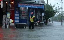 Hà Tĩnh: Mưa lớn khiến đường ngập sâu, hàng loạt phương tiện bì bõm trong biển nước