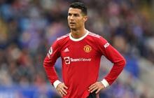 """Hàng thủ liên tiếp diễn hài và Ronaldo """"tắt điện"""", MU thua ngược xứng đáng"""