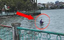 Ông chú ngồi trên mặt nước giữa hồ Tây câu cá khiến ai đi qua cũng choáng, hiểu ra sự thật thì tất cả đều khâm phục