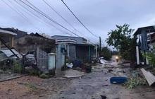 Quảng Ngãi: Lốc xoáy làm tốc mái hàng chục nhà dân giữa đêm khuya