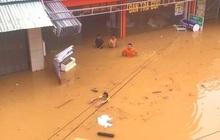 Ảnh: Toàn cảnh ngập lụt nhiều nơi ở miền Trung khiến 3 người mất tích, giao thông bị chia cắt
