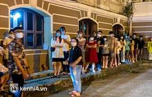 Sài Gòn ngay lúc này: Giới trẻ xếp hàng đông nghẹt mọi góc đường, từ trà sữa đến hot dog, kem... - cái gì cũng hết sạch!