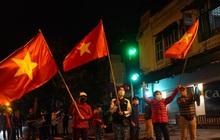 Ảnh: Người dân phất cờ reo hò mừng khoảnh khắc BV Việt Đức dỡ cách ly