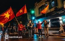 Ảnh, clip: Người dân phất cờ hò reo, mừng khoảnh khắc BV Việt Đức dỡ cách ly