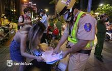 TP.HCM: Tụ tập đông người và không đeo khẩu trang ở phố đi bộ Nguyễn Huệ, thêm nhiều người bị xử phạt