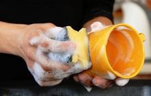Bát đĩa, đũa rửa bằng nước rửa bát lâu ngày có gây ung thư? Chuyên gia nhắc nhở 4 lưu ý khi sử dụng chất tẩy rửa để an toàn sức khỏe