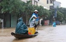 Hà Tĩnh - Quảng Bình: Nước lũ bủa vây, người dân chèo thuyền đi lại trên phố