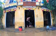 Ảnh: Người dân Hội An tất bật dọn dẹp bùn non, rác thải sau lũ để đón du khách trở lại