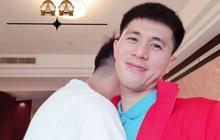 Tiến Dũng lưu luyến ôm Đình Trọng trước khi lên xe về nhà cùng Khánh Linh