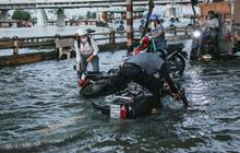 Người Sài Gòn vất vả lội nước, ngã sõng soài trên đường ngập sâu do triều cường dâng cao