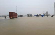 Ảnh: Đường quốc lộ thành sông, Quảng Nam cho học sinh nghỉ học để phòng tránh lũ