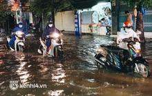 Ảnh: Cuối tuần Sài Gòn mưa tối tăm mù mịt, người dân lội nước dắt xe chết máy trên đường ngập