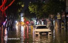 """Ảnh: Quận 1 ngập nặng sau mưa lớn, """"xế hộp"""" Audi, BMW """"bồng bềnh"""" trên phố"""