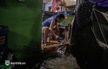 Ảnh: Hì hục tát nước ra khỏi nhà sau trận mưa ngập tứ bề ở Sài Gòn