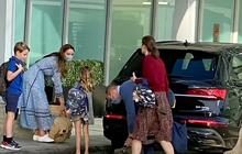 Gia đình Công nương Kate bất ngờ xuất hiện ở sân bay, được khen ngợi hết lời bởi loạt động thái tinh tế