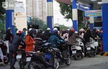 Ngay lúc này: Người dân Hà Nội rồng rắn xếp hàng dài, xách theo cả can to đi mua xăng trước tin đồn giá xăng tăng mạnh vào ngày mai