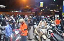 """Ngay lúc này, hàng loạt cây xăng ở Hà Nội """"thất thủ"""" vì dự đoán giá xăng tăng, người dân rồng rắn mang theo cả can đi mua"""