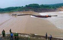 Đoàn cán bộ mắc kẹt giữa sông Thạch Hãn được giải cứu, tiếp tục tìm kiếm giám đốc doanh nghiệp mất tích