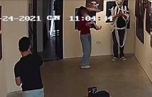 Phẫn nộ: Đi triển lãm, nhóm bạn trẻ thản nhiên lấy giấy vệ sinh ra làm đạo cụ chụp ảnh rồi xả bừa bãi