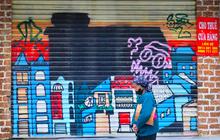 """Ảnh: Nhiều cửa hàng ở con phố sầm uất nhất Hà Nội vẫn """"ngủ đông"""", có nơi thành khu tập kết phế liệu"""