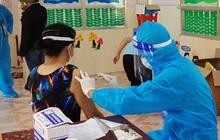 """Bình Dương lý giải việc """"vượt rào"""" tiêm vaccine Covid-19 cho trẻ dưới 18 tuổi"""