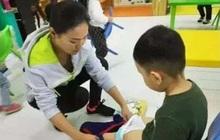 Cô giáo mầm non giúp học trò thay quần bỗng thấy rơi ra một vật nhạy cảm, Hiệu trưởng gọi bố mẹ đến yêu cầu chuyển trường ngay tức khắc