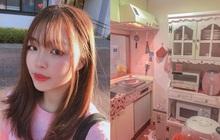 """Nữ sinh xa quê 7 năm, tiếc nuối không thể về nhà vì dịch Covid: """"Tự vui"""" bằng việc decor nhà toàn màu hồng, góc nào cũng xinh xỉu"""