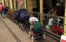 """Bố mẹ bỏ con ngủ trên xe đẩy để vào nhà hàng ăn uống đã đời, hình ảnh gây phẫn nộ hóa ra là """"chuyện thường ngày ở huyện"""" tại quốc gia này"""