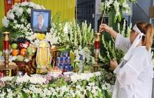 """Chồng bị nhóm giật túi xách ở Sài Gòn tông chết, người vợ trẻ nấc nghẹn trong đám tang: """"Anh Trí bỏ 2 mẹ con em đi rồi..."""""""
