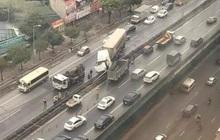 Xe container tông nát dải phân cách, đường trên cao tắc nghẽn