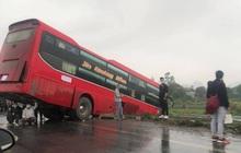 Rùng mình cảnh 3 người đàn ông trú mưa dưới gầm ô tô gặp nạn: Quá nguy hiểm!