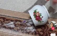 Lỡ đổ lọ đường ra thảm mà không có máy hút bụi, người phụ nữ có cách dọn dẹp sạch sẽ chỉ nhờ úp ngược chiếc cốc