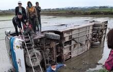 Bắc Giang: Xe chở hàng chục công nhân lao xuống ruộng