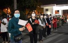 Người dân tại tâm dịch thành phố Chí Linh chuẩn bị cờ hoa, háo hức trước giờ hết cách ly xã hội