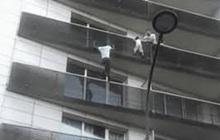"""""""Người nhện"""" tay không leo 4 tầng lầu cứu sống bé trai treo lơ lửng giữa không trung, sau gần 3 năm cuộc sống có ngã rẽ chẳng ngờ"""