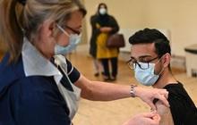 Anh công bố dữ liệu mới nhất về kết quả triển khai vaccine Pfizer và AstraZeneca