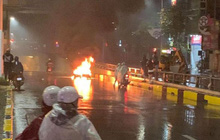 Hà Nội: Ô tô tông xe máy Liberty bốc cháy giữa phố khiến 2 người bị thương rồi bỏ chạy