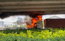 TP.HCM: Xe container bốc cháy nghi ngút, cầu Phú Mỹ bị khói đen bao trùm