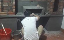 Té ngửa với hình ảnh nam thanh niên xây kệ tủ bằng bê tông cho đỡ mối mọt