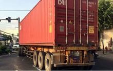 Xe container va chạm xe máy khiến2 người nguy kịch