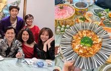 """Trấn Thành - Hari Won dắt """"con trai"""" đi ăn cùng gia đình ngày 8/3, nhìn bàn tiệc toàn thố bào ngư và tôm hùm mà muốn """"xỉu ngang"""""""