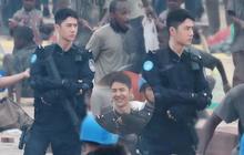 """Vương Nhất Bác lộ diện """"nguyên set"""" tạo hình trong phim mới: Đang """"ngầu lòi"""", cười phát khiến chị em """"rụng trứng"""""""