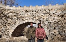 Thấy vợ lội sông bị trượt chân, chồng quyết xây cầu trong 5 năm với hơn 20.000 hòn đá, khoảnh khắc hoàn thành công trình gây xúc động cực mạnh