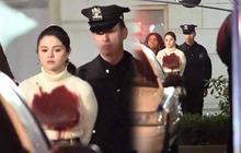"""Selena đóng phim gì mà bị còng tay, """"tắm máu"""" dắt lên đồn cảnh sát thế này?"""