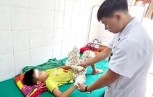 Nghệ An: Pin phát nổ, bé 13 tuổi dập nát 2 bàn tay