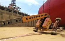 Xe nâng tại nhà máy đóng tàu bị lật, 2 công nhân rơi từ độ cao 25m tử vong