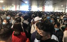 Hàng ngàn khách xếp hàng dài chờ soi chiếu ở sân bay Tân Sơn Nhất sáng sớm 15/4