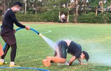 """Văn Toàn """"cơ cực"""" trong lễ hội té nước độc đáo ở Gia Lai"""